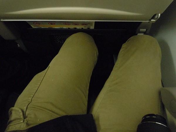 前席の人が最大角度でシートをリクライニングしてきたときの足元の様子
