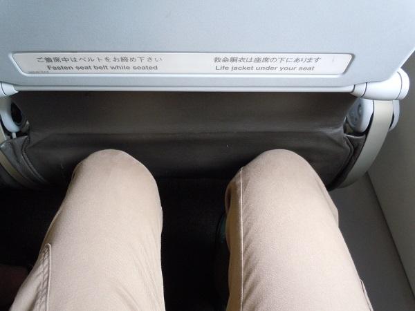 足元スペースがほとんどないジェットスターの座席の足元
