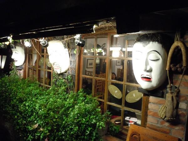 阿妹茶樓(あめおちゃ)の壁に飾られたお面のようなもの