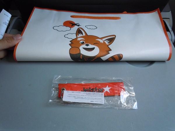 ジェットスターの機内販売で購入したタグと紙袋
