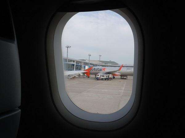 ジェットスター機内から見えるジェットスターの機体