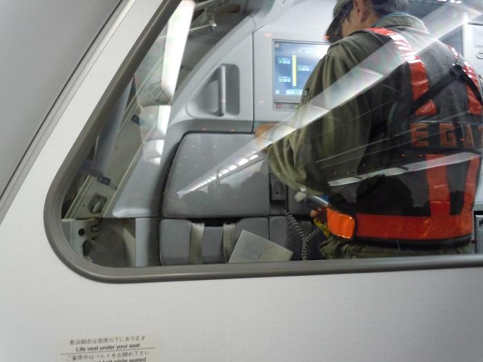 機内に乗り込む台湾の地上職員