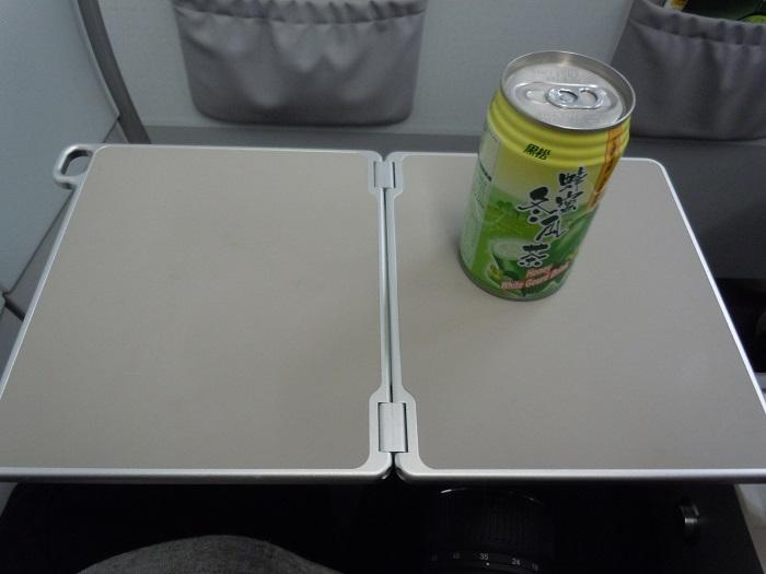 折りたたみ式のテーブルとお茶