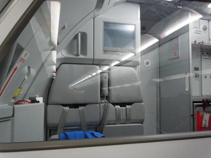 機内最前列に設置されたCAさん用のジャンプシート