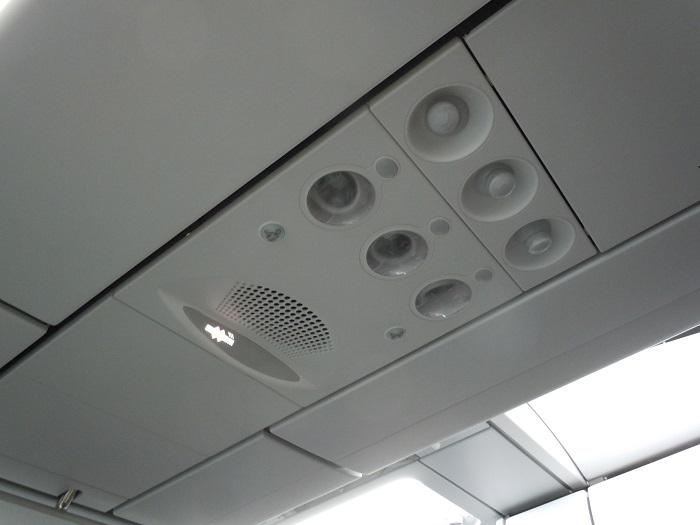 座席上部の照明と空調類