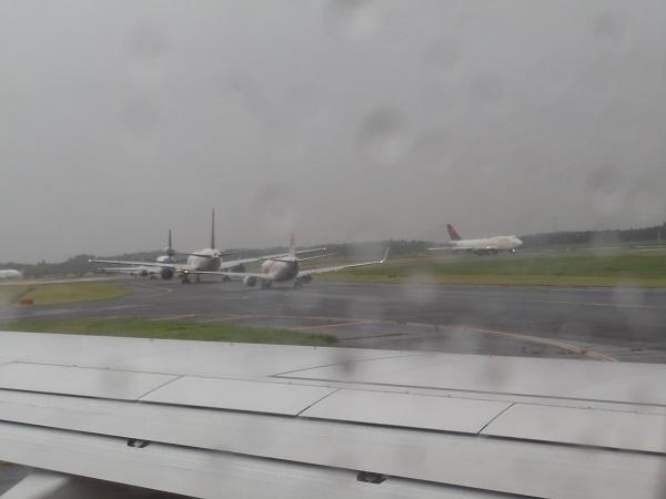 成田空港の離陸待ちの飛行機の行列