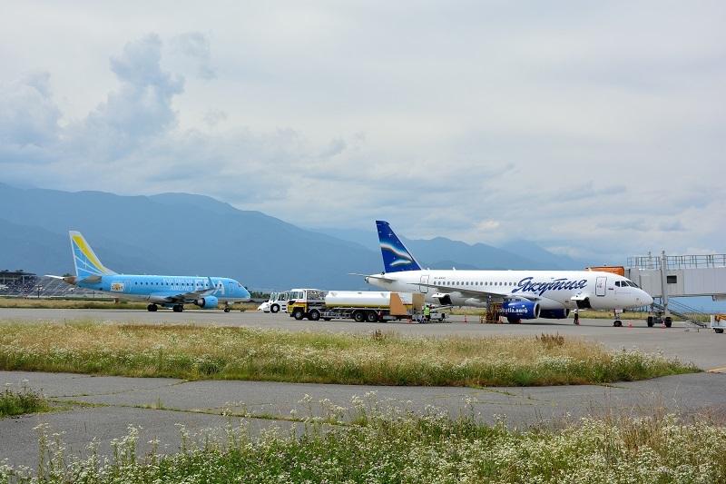 松本空港に飛来したヤクーツク航空のSSJ-100型機とFDAのE170型機