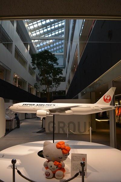 展示エリア内のB777-200の模型