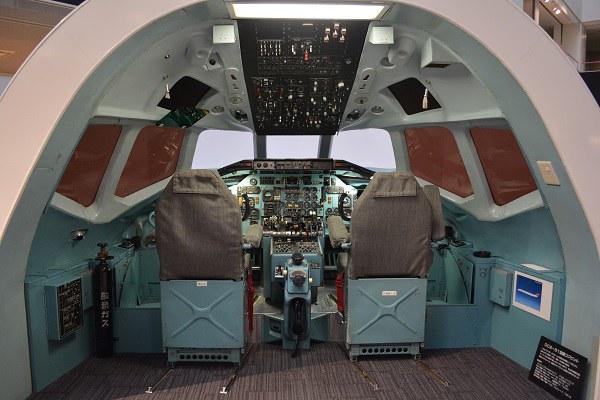 JALのMD-81型機のコックピット