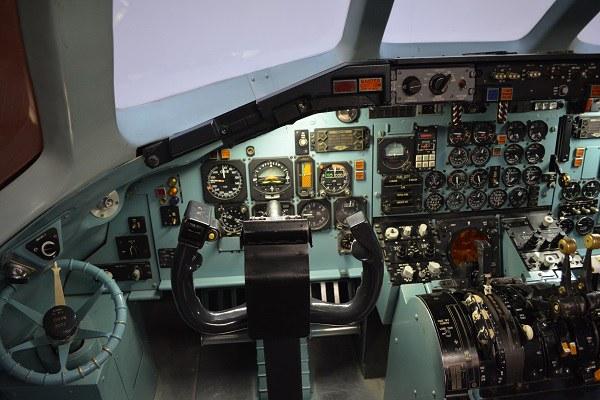 アナログ計器が並ぶMD-81型機のコックピット