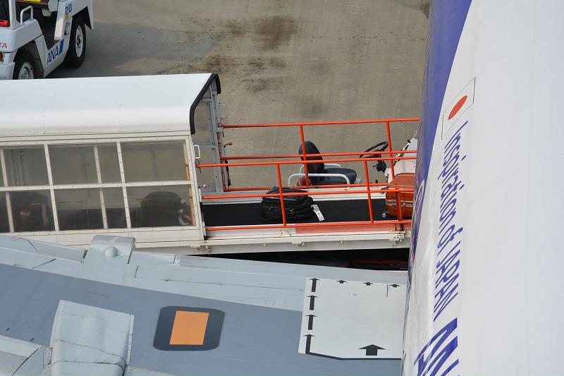 機内に積み込まれる自分のスーツケース