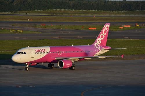 ピンクの塗装が鮮やかなピーチのA320型機