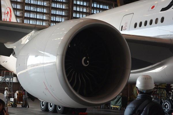 巨大なGE90-115Bエンジン
