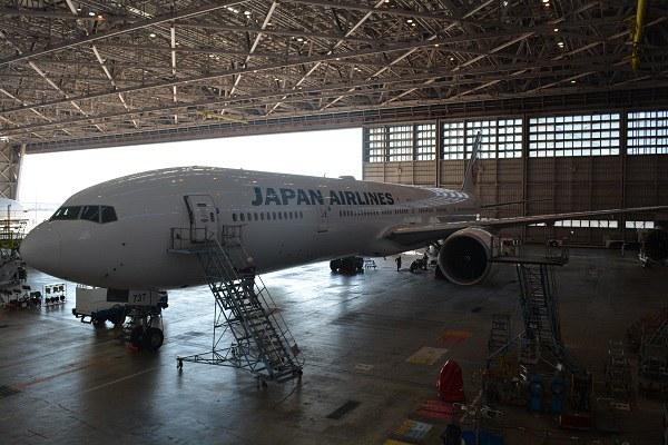 格納庫内の長い胴体のB777-300ER