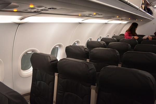 バニラエア1・2・3号機の黒を基調とした色合いの機内の様子