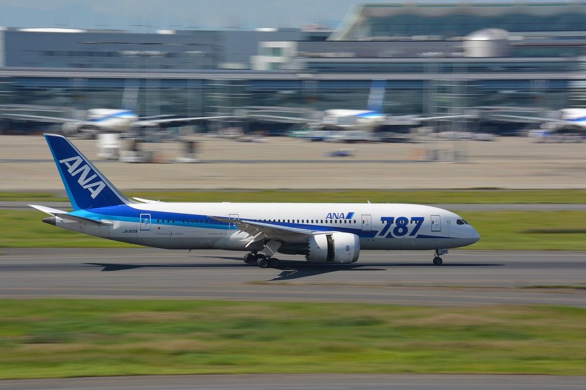 着陸するANAのB787-8型機