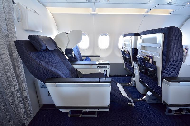 ANAのA320neoのビジネスクラス座席をリクライニングさせた様子
