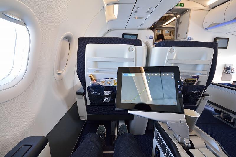 機内エンターテイメントの大画面モニター