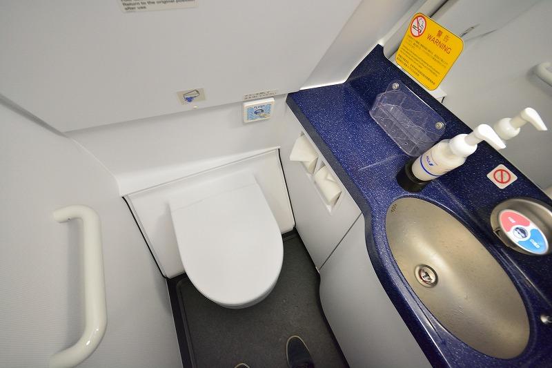 A320neo機体最前部に設置されたトイレの内部