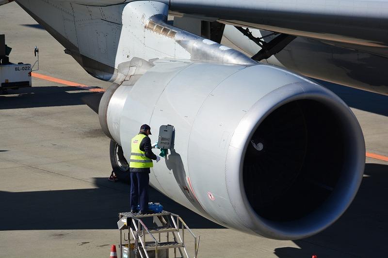 ジェットエンジンのエンジンオイル補給時の様子