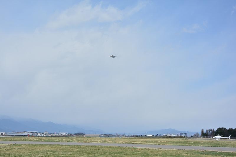 強風により松本空港をゴーアラウンドする大韓航空機