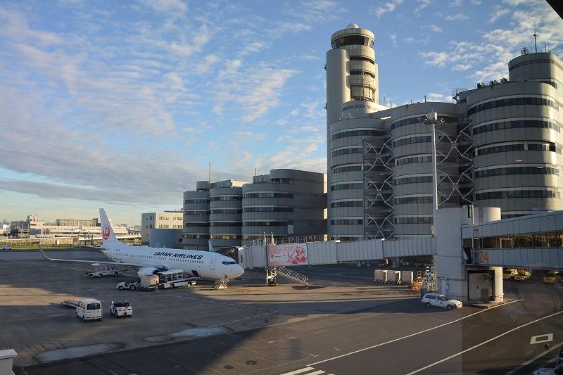 旧管制塔の隣のスポットに駐機する搭乗機