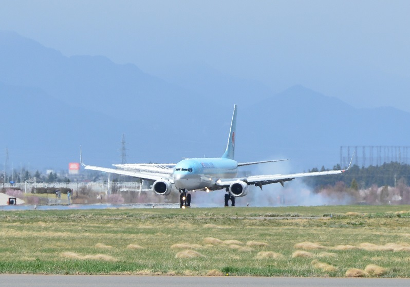松本空港に初着陸する大韓航空のB737-800型機