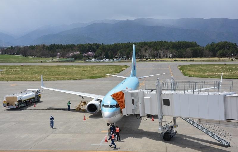 展望デッキから眺める大韓航空機