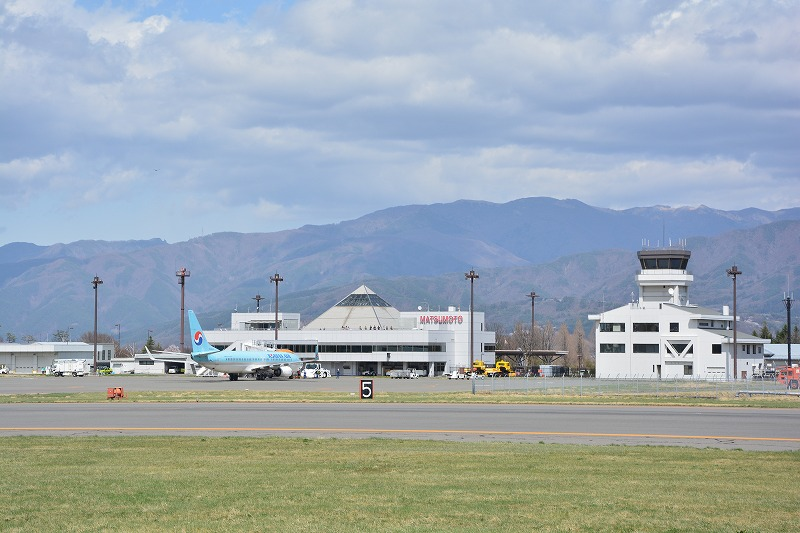 松本空港ターミナルビルの全景と管制塔