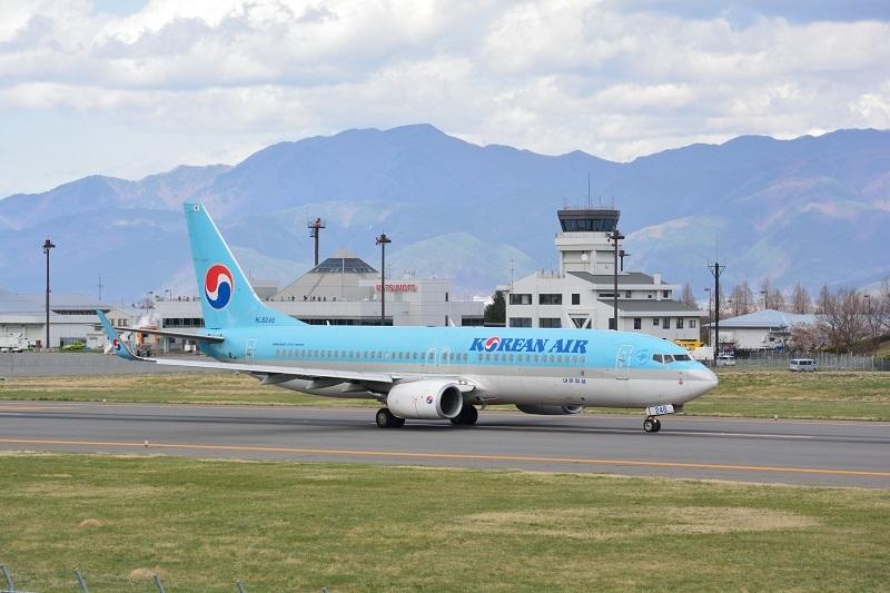 タキシングする大韓航空B737-800型機