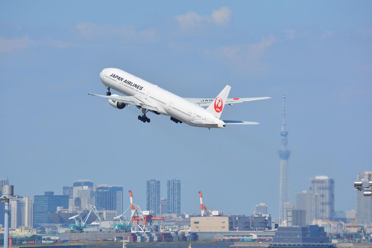 スカイツリーと羽田空港離陸機