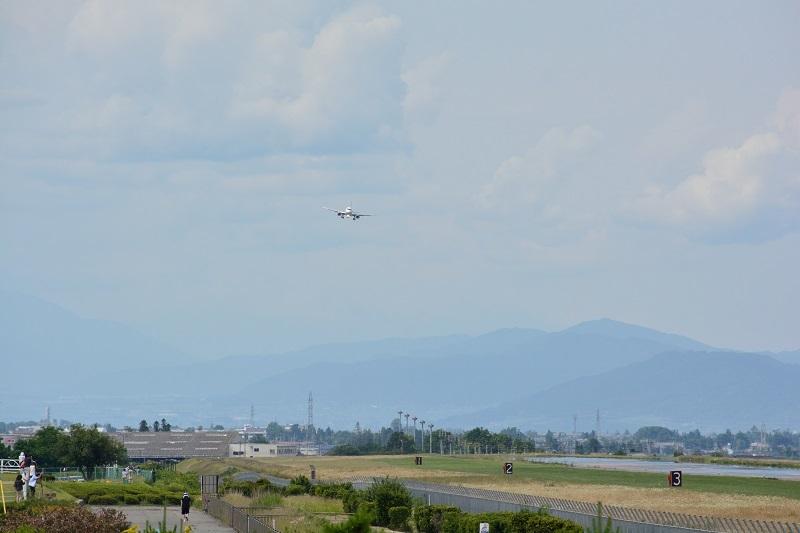 松本空港に飛来したヤクーツク航空のSSJ-100の着陸時の様子