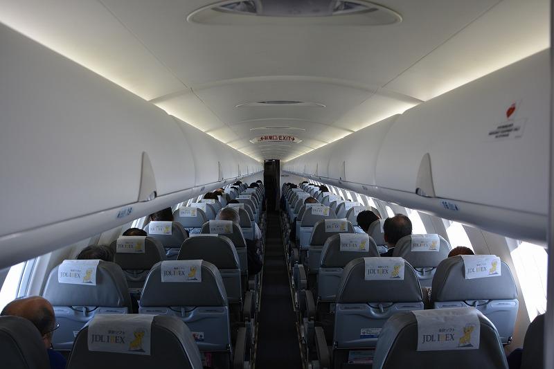 CRJ700の機内後方から見た機内の様子