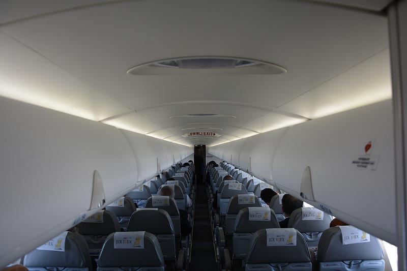 目線の高さで撮影したCRJ700の機内の様子