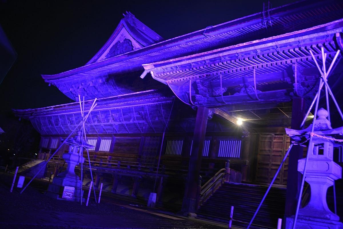 違う色でライトアップされた善光寺本堂の側面