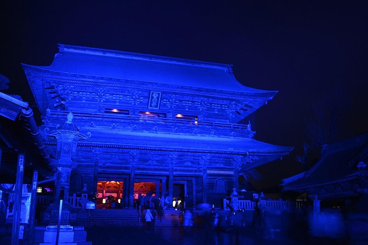 青色にライトアップされた山門