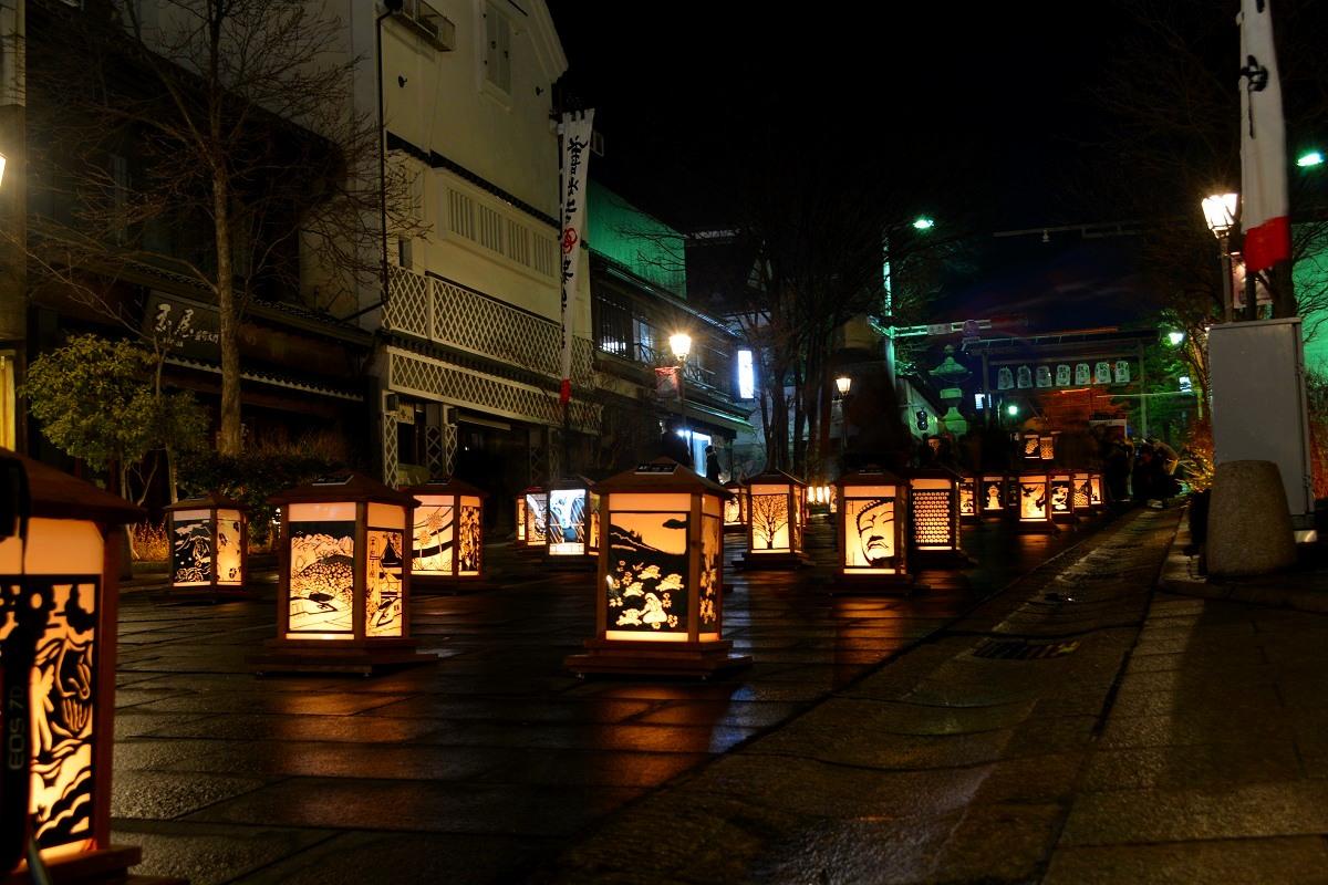 ゆめ明かり絵展ということで応募者の絵が貼ってある灯篭コーナー