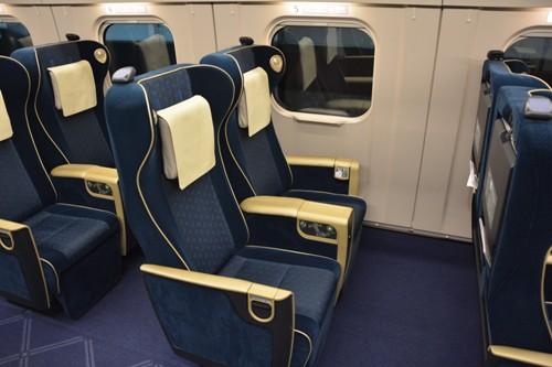 広い座席幅と電動のリクライニング機能を備えたE7系グリーン車の座席