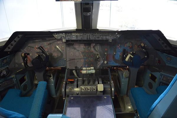 羽田空港のANA整備工場見学会場のロビーに展示されたロッキードL-1011トライスターのコックピット