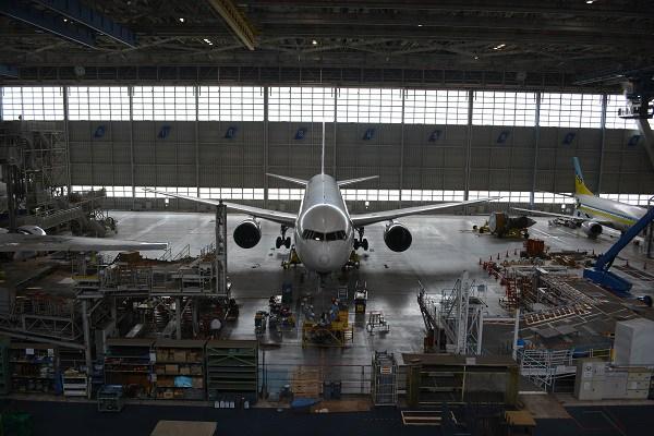 B767が駐機するANAの格納庫内の様子