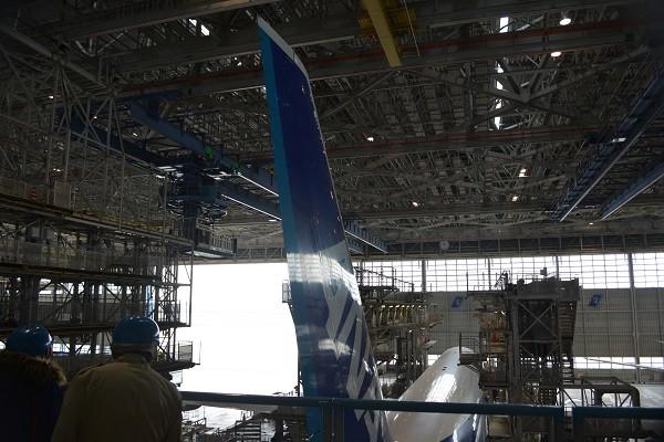 B777-300の巨大な垂直尾翼と見学者の大きさ比較
