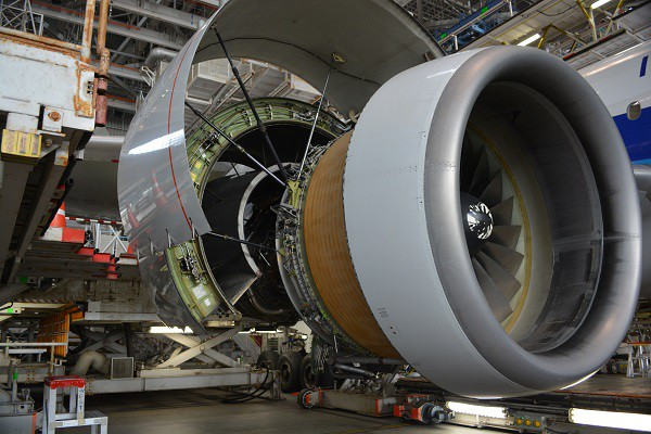 分解整備中のプラット&ホイットニー社のPW4090エンジン