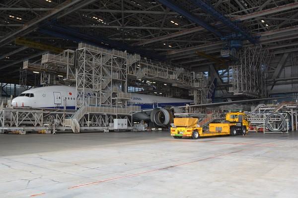 機体の周辺に足場が組まれ、重整備中のANAのB777-300