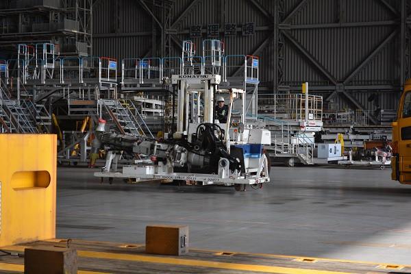 フォークリフトにて運搬されるB777のギヤ関連部品