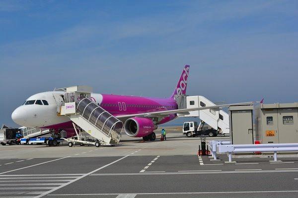 関西国際空港に駐機するピーチのA320-200型機