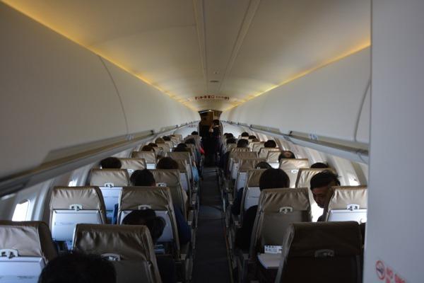 CRJ200型機の機内の様子を機内最後部から見た様子