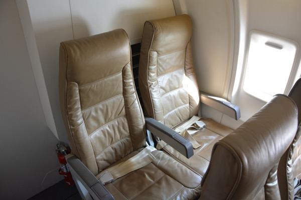 CRJ200のクリーム色の革製ふかふかシート