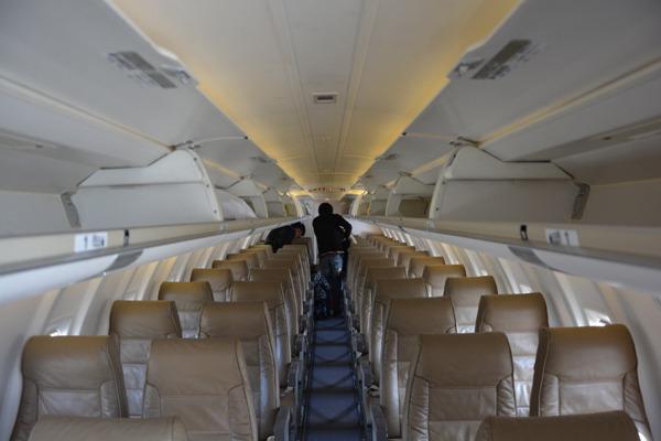 J-AIRのCRJ200の機内の様子を機内前方から見た様子