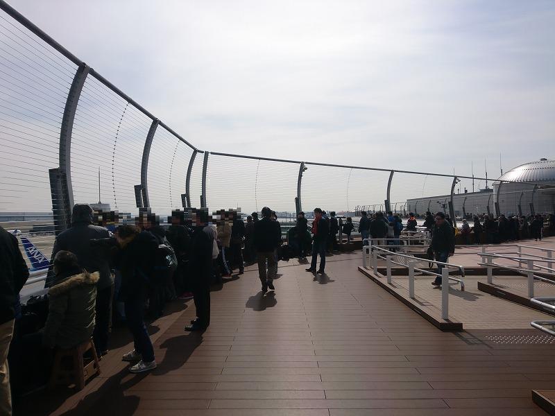 多くの人で賑わう羽田空港国際線ターミナル展望デッキ