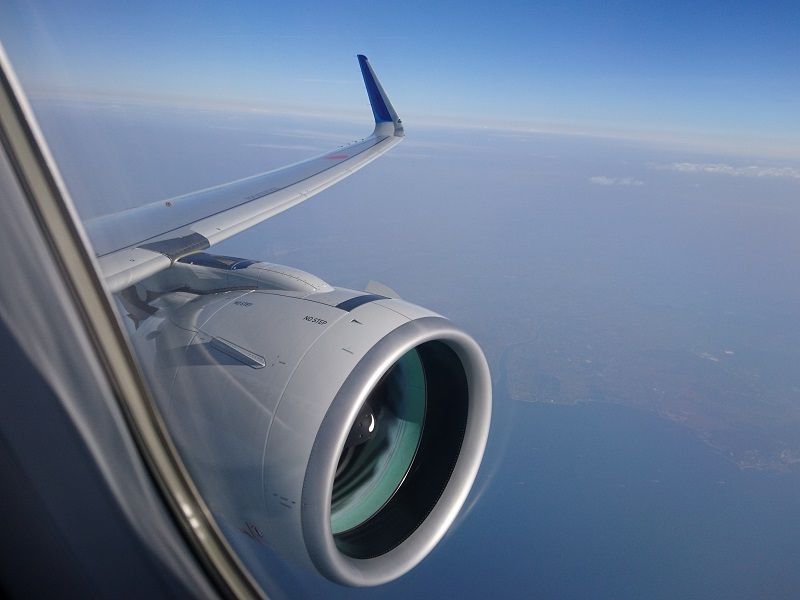 機内から見える大きなPW1100G-JMエンジン